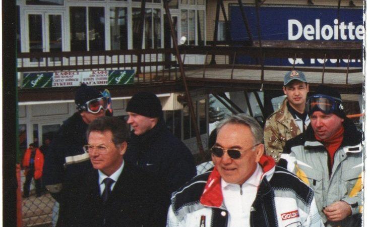 Rencontre informelle des chefs d'État de la CEI. À droite, le président Nazarbaev ; à gauche, l'ex-Akim (maire) d'Almaty Viktor Khrapunov, station de ski de Chymboulak, Almaty, 2003